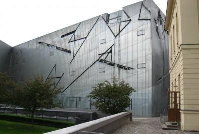 Ce musée est avant tout remarquable par l'architecture « métaphorique » de Daniel Libeskind, avec ses façades métalliques déchirées de fentes, évoquant un puissant ébranlement dont il aurait été victime.