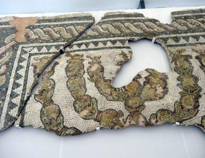 Mosaïque du IIIe siècle représentant une menorah retrouvée lors de fouilles archéologique à la synagogue de Plovdiv