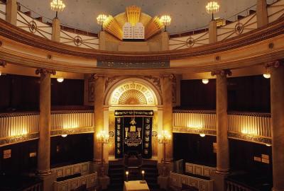 Le Stadttempel, édifié en 1826 par l'architecte Josef Kornhäusl, est la seule synagogue à n'avoir pas été détruite lors de la Nuit de cristal. Kornhäusl, très réputé de son temps, était spécialisé dans les théâtres et, effectivement, le Stadttempel est conçu comme un petit théâtre ou comme un opéra baroque à l'italienne, de forme circulaire, avec une scène et trois séries de balcons, des coulisses, un foyer.
