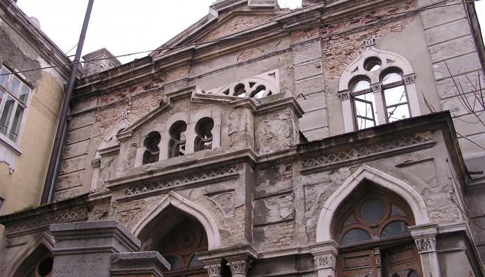 La diaspora juive trouve asile dans cette terre de passage et de brassage qu'est la Bulgarie. Chassées du coeur de l'Empire byzantin, des colonies juives y font souche pendant des siècles dans une relative tolérance.