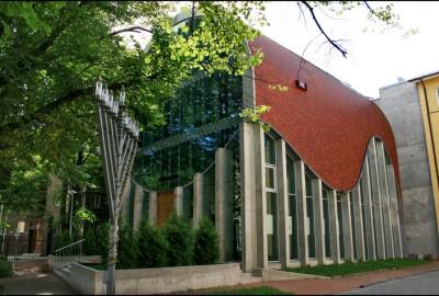 Les traces du passé juif sont très rares. On dénombre des cimetières à Tartu et à Rakvere, au nord du pays. L'université de Tartu, centre intellectuel du pays depuis l'avant-guerre, dispense des cours de matières juives. Des clubs existent à Tartu, Narva et Kohla-Järve.