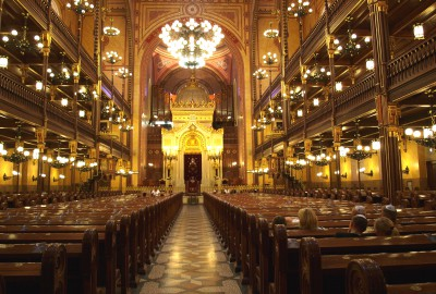 S'inspirant de la synagogue du Tempelgasse de Vienne, et du temple de Salomon, l'architecte édifia un imposant bâtiment, ajoutant deux tours en écho aux colonnes du temple de Jérusalem.
