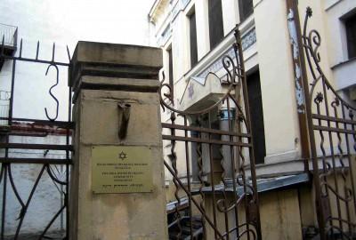 La synagogue de la rue Peitavas, construite en 1905, a pu être restaurée car, utilisée par les nazis comme entrepôt, elle échappa à la destruction. Elle est aujourd'hui à nouveau un lieu de culte.