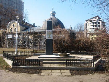 Monument aux victimes des pogroms construit à côté de la synagogue de Iasi