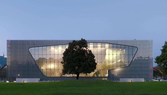 Ce majestueux bâtiment en verre abrite un centre culturel et éducatif, et un musée qui propose une collection permanente et des expositions temporaires.