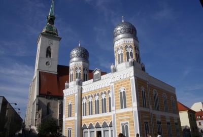 C'est un bâtiment austère mais élégant au style orientalisant, construit en 1923 pour les juifs orthodoxes par l'architecte Arthur Szalatnai-Slatinski. Elle fonctionne le shabbat, mais aussi en semaine, avec des offices le lundi et le jeudi matin.