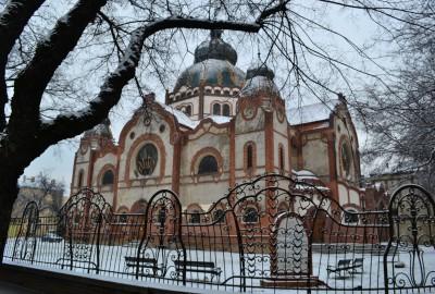 La synagogue, construite en 1903, a été transformée en théâtre après la guerre. Le bâtiment a été rénové en 2005. Il est situé dans le centre-ville, à quelques pas de la mairie.
