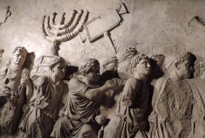 L'Arco di Tito – l'arc de triomphe de Titus – construit après la mort de l'empereur en 81, célèbre sa victoire et celle de son père Vespasien sur la révolte juive de 70.
