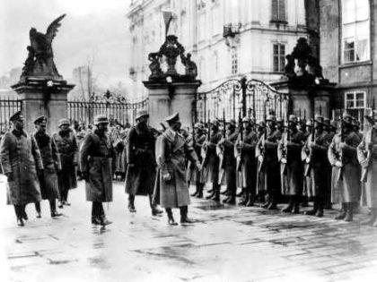 Adolf Hitler passe ses troupes en revue dans le château de Prague le jour de l'occupation de la ville. Prague, Tchécoslovaquie, 15 mars 1939. (Czechoslovak News Agency)