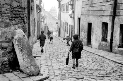Enfants jouant dans le quartier juif de Bratislava, capturé par Roman Vishniac