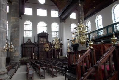 La Hollande a toujours accueilli les réfugiés politiques et religieux. Les juifs, quoique présents depuis le XIIe siècle, y trouvent pour la première fois la possibilité d'afficher leur religion après la première grande vague d'immigration de la fin du XVIe siècle, en provenance d'Espagne et du Portugal.