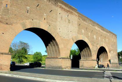 Anciennes portes sur la via Adreatina à Rome