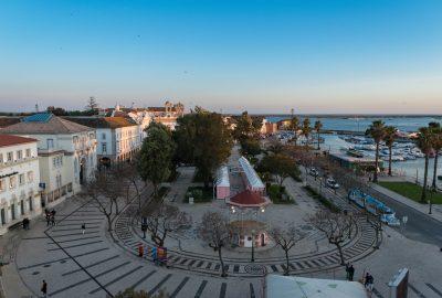 la ville de Faro abritait une importante communauté juive, expulsée en 1497. Un certain nombre d'entre eux ont continué à y vivre en tant que conversos. Les juifs ne se réinstallèrent « officiellement » dans la ville qu'au XIXe siècle.