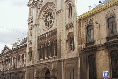 construite vers 1878, la synagogue jouxte le Conservatoire royal et se situe non loin du palais de Justice. La façade, plutôt conventionnelle, ne laisse pas deviner l'éclatante majesté de l'intérieur ni la grandeur de son orgue.