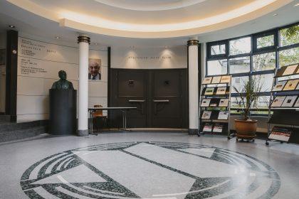 Intérieur du CCLJ, centre communautaire de Bruxelles longtemps dirigé par David Susskind
