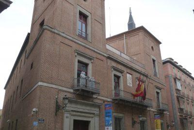 Grâce aux recherches menées par les historiens madrilènes, il est possible de localiser assez précisément les deux quartiers juifs de la ville, dont il reste malheureusement peu de traces. Ils se situaient autour de la place d'Isabelle (rues de l'Indépendance et de Vergara), et au pied de la cathédrale de la Almudena, près de l'ancien alcazar, dans la cuesta de La Vega.