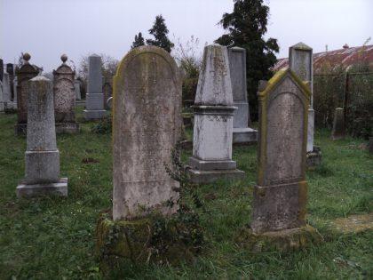Tombes du cimetière de la ville d'Osijek en Croatie