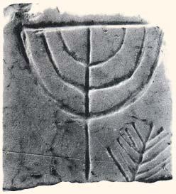 Menorah retrouvée sur un revêtement en marbre dans l'ancienne synagogue de l'Agora