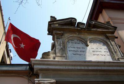 élégant lieu de culte d'été, édifié en 1878, en lieu et place d'une synagogue plus ancienne, et restaurée à la fin du siècle dernier, sonne sur un beau jardin. Vous remarquerez les originales peintures de paysages au plafond.