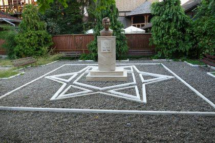 Statue du prix Nobel et auteur Elie Wiesel, honorant sa mémoire et son vécu à Sighet