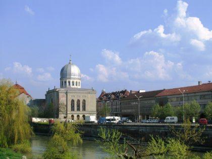Synagogue de la ville d'Oradea où les monuments de ce genre ont du mal à subsister. Une synagogue a d'ailleurs été transformée en club de jazz