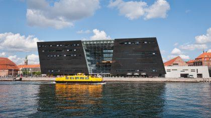 Design moderne abritant les trésors de la Blibliothèque Royale danoise le lng de la promenade fluviale à Copenhague