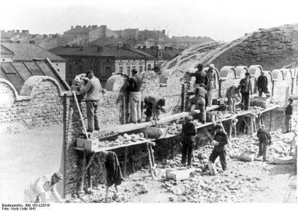 La construction du mur du ghetto de Cracovie en 1941