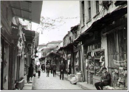 Magasins juifs à Balat dans les années 1940 (Crédit : Istanbul Guide)