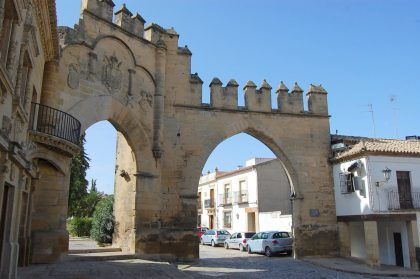puerta at left; memorial arch on right -- see Michilen