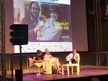 Ariela Piattelli interviewant la fille de Stanley Kubrick lors de la soirée Ebraica à Rome en 2019