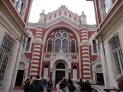 Built in 1899 by the Orthodox community of Brasov, this particularly beautiful synagogue was able to seat 800 persons
