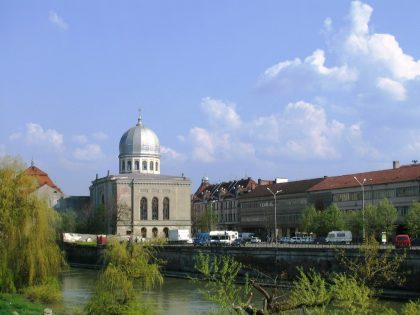 Built by David Busch, this synagogue is located on the Cris river of Oradea