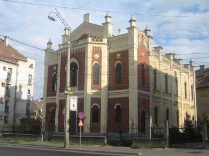 Its facade made up of red bricks gives this synagogue a Renaissance aspect which is shared with a gothic influence in its windows