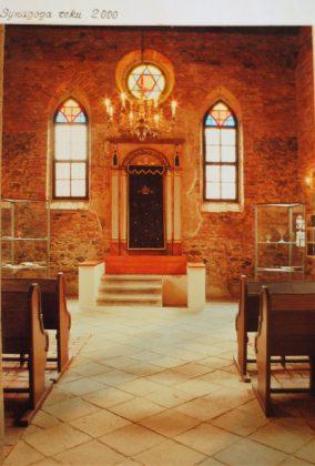 Détruite par des incendies, la synagogue de Polna a été reconstruite au XIXe siècle. Elle a servit de lieu de culte jusqu'en 1936, puis a été utilisée par les Nazis comme entrepôt pour les biens juifs confisqués