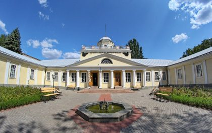 Located at the junction of the Ingul and the Boug rivers, Nikolaev has a lesser known Jewish history than its 200 kilometers neighbour Odessa. However, it is a city with an important Jewish past: the famous loubavitch rabbi Menachen Mendel Schneerson was born there and Isaac Babel spent in Nikolaev some of his childhood years.