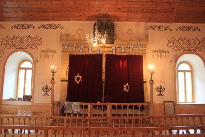 Rideau posée sur la tevah de la synagogue de la ville d'Akhaltsikhe