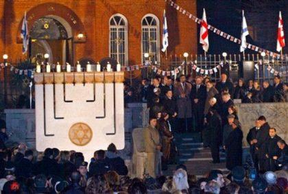 Prières devant la synagogue de Tbilissi