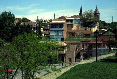 L'essentiel des sites juifs qu'abrite la belle Tbilissi sont concentrés dans la vieille ville, dans les quartiers se trouvant le long de la rive gauche de la rivière Koura.