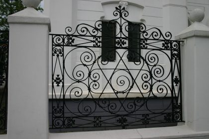Gate of the Batumi synagogue with a maguen david