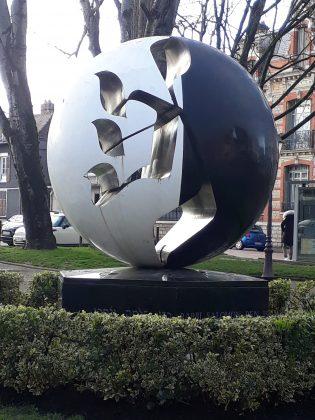 Mémorial Rachi créé en 1990 par le sculpteur Raymond Moretti et installé devant le Théâtre de Champagne
