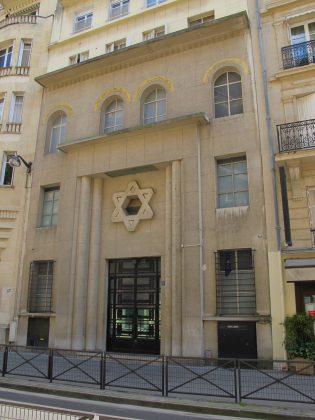 Vue extérieure de l'immeuble accueillant la synagogue Montevideo and le 16e arrondissement de Paris