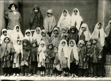Ancienne photo de jeunes filles élèves de l'école de l'AIU dans la ville iranienne de Yezd