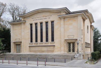 Les premiers documents qui attestent de la présence des juifs au Luxembourg datent de 1276, lorsqu'un acte mentionne la religion juive d'Henri de Luxembourg. Les juifs auraient habité à l'époque la vallée de la Pétrusse.